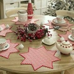 Kece ile de olabilecek bi amerikan servis Christmas Sewing, Christmas Time, Christmas Crafts, Christmas Decorations, Fabric Crafts, Sewing Crafts, Sewing Projects, Place Mats Quilted, Christmas Runner