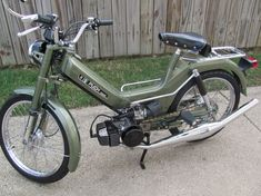 Cleanest Maxi build ever-- looks orig Custom Motorcycles, Cars And Motorcycles, Puch Moped, Vintage Moped, Wood Bike, Motor Scooters, 50cc, Mini Bike, Motorbikes