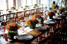 Mesa comunitária em casamento colorido na fazenda Fotos: Rejane Wolff
