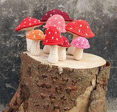 Hæklede fluesvampe / om je uit te leven in maten en kleuren / FREE pattern Cute Crochet, Knit Crochet, Crochet Mushroom, Play Food, Chrochet, Yule, Crochet Flowers, Forslag, Christmas Ornaments