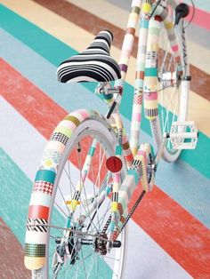DIY Ways to Pimp Your (Bike) Ride via Brit + Co. - Washi Tape Frame: And here comes another one of our favorite products rolling down the street… and here's your new washi-ed out ride. Mt Tape, Mt Masking Tape, Duck Tape, Tape Crafts, Diy And Crafts, Decor Crafts, Pimp Your Bike, Velo Vintage, Crafty
