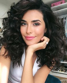 Natural Curls with Curtain Bangs and Highlights - 20 Chicest Hairstyles for Thin Curly Hair – The Right Hairstyles - The Trending Hairstyle Blonde Curly Bob, Thin Curly Hair, Natural Wavy Hair, Curled Hairstyles, Pretty Hairstyles, Curly Angled Bobs, Sazan Hendrix, Hair Color For Black Hair, Trending Hairstyles