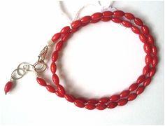 Dubbele armband in koraal olijven met karabijnslot en verlengkettinkje. Lengte = 17-21 cm