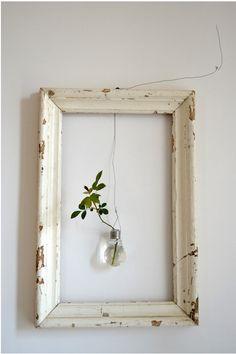 Une ampoule, un vieux cadre, un bout de fil de fer et un peu de verdure : de la récup simple mais efficace ! - Above: An empty frame with suspended vase.