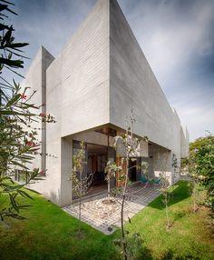 El columen destaca entre sus amplios jardines y patios.   Galería de fotos 6 de 16   AD MX