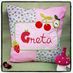 Kissen aus Baumwolle mit Namen und gehäkelten Applikationen.  40x40 cm www.facebook.com/KINDundKrone