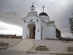 Ermita del Santo Sepulcro. La primera ermita se levantó en 1.660 y se hundió en 1.700, para levantarse la actual cuya finalización es de 1.732.