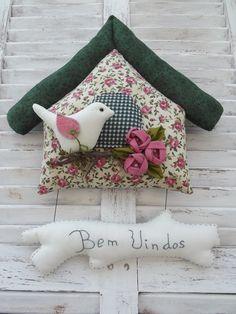 Casinha de passarinho confeccionada em tecidos de algodão.