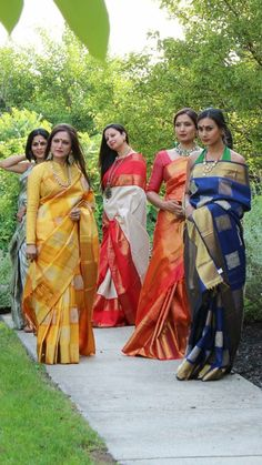 types of sarees Indian Attire, Indian Ethnic Wear, Indian Dresses, Indian Outfits, Silk Saree Blouse Designs, Sari Blouse, Soft Silk Sarees, Sari Silk, Saree Trends