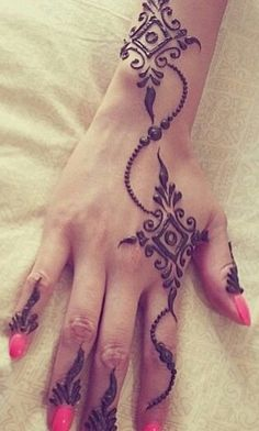 Simple modern mehndi design, great for guests at your Indian wedding Henna Tatoos, Mehndi Tattoo, Henna Tattoo Designs, Henna Mehndi, Mehandi Designs, Mandala Tattoo, Tattoo Ideas, Beautiful Henna Designs, Simple Mehndi Designs