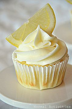 limoncello cupcakes | lemon cupcakes with lemon curd filling and lemon buttercream.