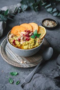 Warmer veganer Hirsebrei mit Kurkuma und Obst