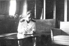 «El oficial J. M. Somavilla en la cámara de oficiales del trasatlántico Virginia de Churruca en La Habana, el mismo día en el que Fidel Castro entró en la ciudad, Cuba, 9 de enero de 1959»