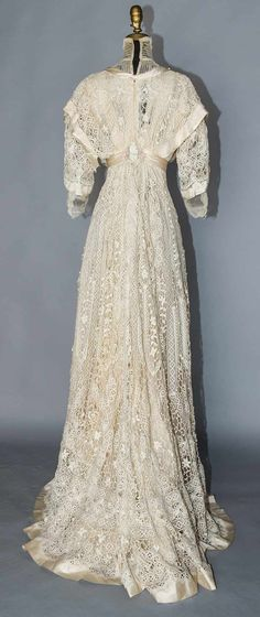 BOBBIN LACE TEA GOWN, c. Ivory torchon lace in vertical rows, empire W, tulle neck insert & under-sleeves, trained skirt. Edwardian Dress, Edwardian Fashion, Vintage Fashion, Edwardian Era, Vintage Gowns, Vintage Lace, Vintage Outfits, Lace Outfit, Lace Dress