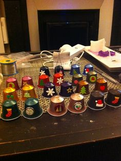 Coffee pods are individually prepared and wrapped single-serve ground coffee that almost looks like compacted tea bags. Christmas Craft Fair, Christmas Cup, Diy Christmas Ornaments, Homemade Christmas, Christmas Decorations, K Cup Crafts, Xmas Crafts, Diy And Crafts, Theme Noel