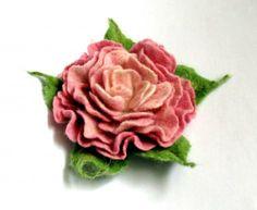 Fleur en laine feutrée, diam. 9 cm env., double attache pince/broche. Grâce à ce support universel vous pouvez l'utiliser comme une broche, ...