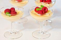Ruusupannacotta on helppo jälkiruoka vaikkapa häihin. Ruusuvesi maustaa pannacotan juhlavaksi!