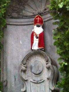 Manneken Pis dressed for the holidays. #Brussels #Belguim