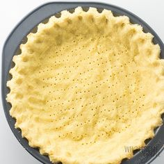 Coconut Flour Pie Crust Recipe - Low Carb & Gluten-Free - It's super easy to learn how to make pie crust with coconut flour! This easy coconut flour pie crust recipe is low carb, keto, gluten-free, buttery and delicious. Only 5 ingredients! Low Carb Pie Crust, Easy Pie Crust, Pie Crust Recipes, Low Carb Bread, Keto Bread, Crust Pizza, Pie Crusts, Key Lime, Dessert Ricotta