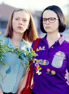 Ghost World - a comic strip adopted movie directed by Terry Zwigoff, a definitely girlish film but caught me too much. great great great performances by Tora Birch as a introvert and lost in her own world girl who sees Seymour, Steve Buscemyi, a grownup whit sort of the same characteristics.