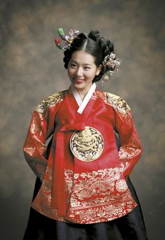 Traditional Korean clothing, hanbok, has gradually won favor by people from different parts of the world. Korean Traditional Dress, Traditional Fashion, Traditional Dresses, Korean Dress, Korean Outfits, Korea Fashion, Asian Fashion, Modern Hanbok, Royal Dresses