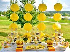 preciosa decoración en amarillo para fiesta en el jardín