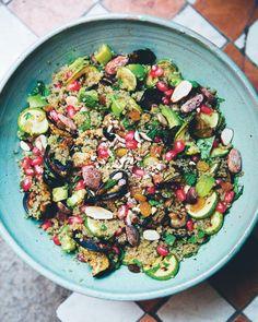 Marokkanske couscoussalater byder på den mest vidunderlige blanding af smagsindtryk: Denne quinoa-, mandel og myntesalat er delikat og velsmagende
