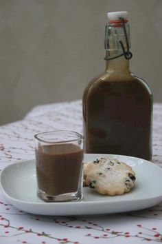 This recipe for Homemade Choco-Mocca Liqueur is sinfully good. Similar to Kahlua, this homemade liqueur recipe is perfect for friendly get-togethers. It also makes a great homemade gift your friends will love! Homemade Liqueur Recipes, Homemade Liquor, Uht Milk, Mixed Drinks Alcohol, Getting Drunk, Frappe, Base Foods, Restaurant Recipes, Yummy Drinks