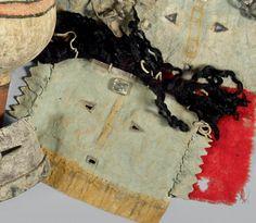 Masque. type Yebichaï Navajo. Arizona, U.S.A Peau, pigments, laine, coquillage. Période de confection proposée: XXème siècle Dimensions: 27 X 18 cm Masque bleu aux yeux et à la bouche incisés, ourlés… - Eve - 27/06/2014