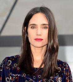 Jennifer Connelly estuvo presente en la pasarela de Louis Vuitton luciendo más guapa que nunca. Llevó el pelo suelto y lacio. Los ojos los llevo con rímel, resaltando su impactante color verde. Para darle luz y brillo a su cara, usó un lipstick rojo ideal para esta temporada.