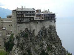 Семиэтажный Симонопетров монастырь – самое смелое в архитектурном плане сооружение Афона, чудо монастырского зодчества