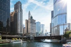 Chicago Architecture Boat Tour : The Long Weekend Guide to The Windy City Willis Tower, Beste Hotels, Group Travel, Most Beautiful Cities, Beautiful Castles, Weekend Trips, Long Weekend, Memorial Day Weekend Getaways, Belleza Natural