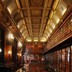 A Biblioteca do Castelo de Chantilly, em Chantilly na França. Essa biblioteca possui mais de 1.300 manuscritos e 12.500 obras impressas, incluindo a Bíblia de Gutenberg e cerca de 200 manuscritos medievais.