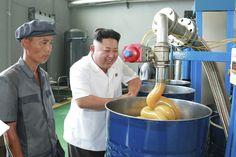 北朝鮮の金正恩氏は、いつも何かを見ている 独裁者の表情を伝える写真15枚