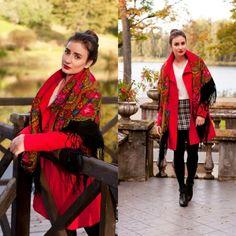 la célèbre couleur rouge du foulard à motif russe, une tenue moderne adoptant le châle russe