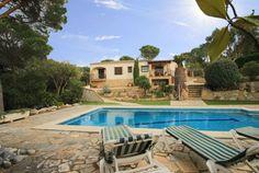 Schöne Ferienvilla mit sehr schönem Poolbereich, verschiedene Terrassen, Internet-Zugang und Klimaanlage in allen Zimmern.