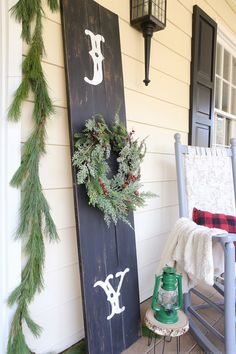 See how easy it is to create a rustic front porch Christmas sign using one of my favorite design transfer techniques. MountainModernLife.com