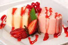 Αφήνουμε στο ψυγείο να παγώσει και ετοιμάζουμε το σιρόπι φράουλας