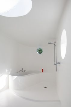 Image 15 of 22 from gallery of Piet & Sarah - Copper Extension / Atelier Vens Vanbelle. Photograph by Tim Van de Velde Bathroom Drain, Bathtub Shower, Bathroom Spa, Bathroom Layout, White Bathroom, Modern Bathroom, Washroom, Bathroom Ideas, White Rooms