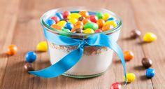 Selbstgemachte Backmischungen im Glas sind eine schöne Idee zum Verschenken. Wir haben das beste Rezept für leckeren Cookie-Mix im Glas.