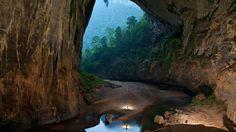 La grotte Han Son Doong  Chaque année au Vietnam, nous découvrons de nouvelles grottes. Mais celle-ci, découverte en 2009, est particulièrement incroyable! en effet elle abrite une forêt et un fleuve! C'est la plus vaste grotte souterraine du monde avec 80m de hauteur et 80m de largeur.  source: www.nationalgeographic.fr