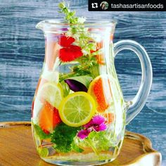 I was blessed to be presented with a water jug filled with stunning herbs and lemongrass every day in Vietnam where I worked at a school. Healthy Smoothies, Healthy Drinks, Smoothie Recipes, Artisan Food, School Treats, Frozen Drinks, Summer Treats, Refreshing Drinks, Lemon Grass