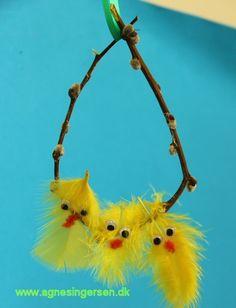 Kyllingekransen er lavet af mit ældste dagplejebarn. Klik ind på bloggen og se nærmere på den Humørikonet smile http://agnesingersen.dk/blog/kyllingekrans - easy kids crafts Easter - Kinderbastelideen Ostern