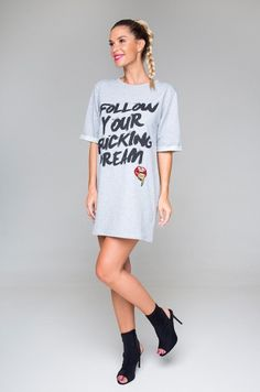 Tunika / šaty univerzálnej veľkosti, voľného strihu s potlačou v prednej časti FOLLOW YOUR FUCKING DREAM . Vhodné na každodenné nosenie.