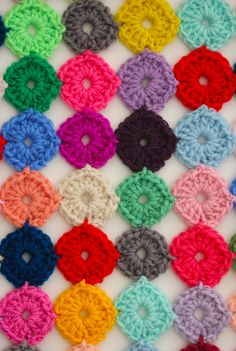 Crochet a Yo-Yo, free pattern by Sarah London. Mini circles joined as-you-go.