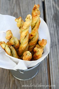 Pesto Parmesan Pastry Twists ~ Mmmm going to have to try these! My Favorite Food, Favorite Recipes, Salsa Pesto, Tapas, Good Food, Yummy Food, Appetisers, Saveur, Appetizer Recipes