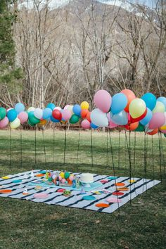 Throw a birthday party in the park with colorful balloons! 2019 Throw a birthday party in the park with colorful balloons! The post Throw a birthday party in the park with colorful balloons! 2019 appeared first on Birthday ideas. Picnic Decorations, Summer Party Decorations, Outdoor Birthday Decorations, Halloween Decorations, Picnic Birthday, Summer Birthday, Diy Birthday, Backyard Birthday, Party Summer