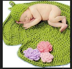 Kit newborn em croche, confeccionado em lã para bebe, linda decoração para abrilhantar ainda mais seu bebe.  Medida do tapete: 60 cm de diâmetro  Kit composto por 2 peças:  1 Tapete com 3 flores  1 touca sapinho