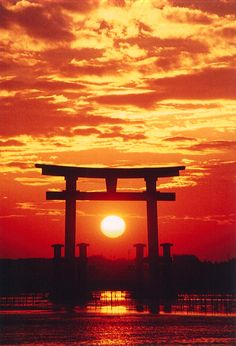 夕暮れの弁天島・大鳥居。 Japanese Shrine, Japanese Art, Beautiful World, Beautiful Places, Monte Fuji, Torii Gate, Japan Landscape, Image Nature, Dojo
