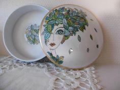 Boîte ronde en porcelaine peinte main : visage de femme et cheveux en feuilles de la boutique DouceuretPorcelaine sur Etsy